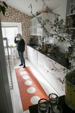 Köket kommer från Ikea. Tapeten Eldblomma från Svenskt tenn matchas med prickiga mattan Vera från Pappelina.