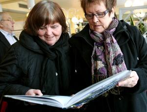 Mona Hammarsten och Birgitta Karlsson åkte från Stugsund för att besöka Kulturens Hus. Båda fastnade för den nya boken om Söderhamn.