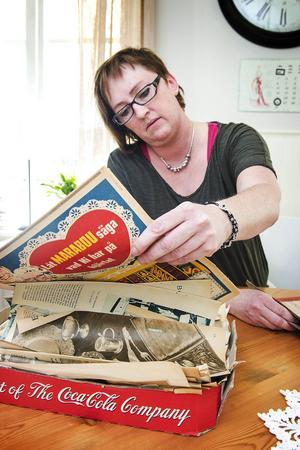 Lillemor Melander bläddrar igenom gamla tidningar hon hittat på loppis.