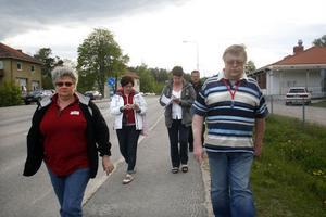 Sylvia Krapf, till vänster, visade representanter från BRÅ och Folkhälsorådet det trånga utrymmet för lämning och hämtning av skoleleverna.