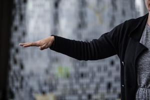 Oförmåga att lyfta armen kan vara ett tecken på att man drabbats av stroke.