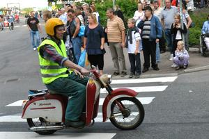Motorintresserade Abbe Ronsten deltog med moped i en motorkortege i samband med Nostalgidagarna i Säter i juli 2011.