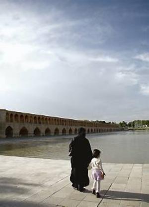 Bron Si-O-Seh byggdes 1606 och är både en mötesplats och en transportsträcka för folk på väg hem från sina jobb. Foto: Caroline Ryberg