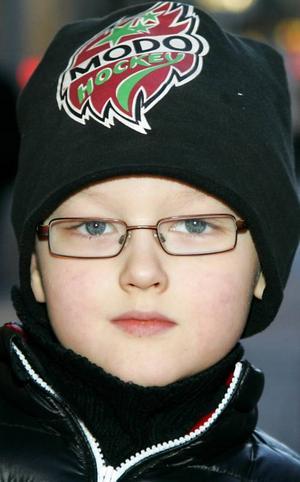 Ludvig Westlund,6 år, Östersund:– Ja. Det är roligt. De är duktiga. Jag tror att Sverige vinner. USA eller något är svåraste motståndaren. Jag brukar spela ishockey på hockeyskolan vid arenan.