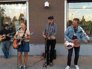 Louise Rosén, Christer Insulander och Tomas Rosén spelade utanför musikaffären i Orsa.
