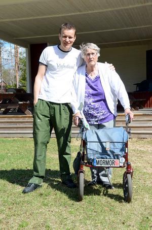 Festivalarrangören Johan Eriksson med en av sina största supportrar, Ester Eriksson, 84 år, som vill höra hur det blir sommarens visfestival.