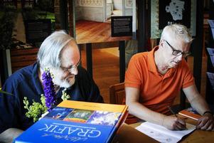 Mårten Andersson och Bengt Boman fick signera det ena exemplaret efter det andra.