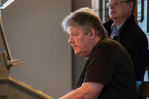 Michael Waldenby ger lunchkonsert i Örnsköldsviks kyrka. Niklas Jansson assisterar. Foto: Claes Rosenqvist