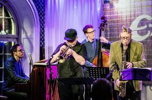 Daniel Tilling, piano, Ulf Adåker, trumpet, Philip Augustson, kontrabas och Krister Andersson, saxofon, uppträdde i går på Måndagsjazzen på E-street.
