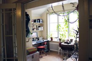 Uppe på övervåningen har Erika sitt hemmakontor. Där var tidigare ett badrum med ett pyttelitet fönster.