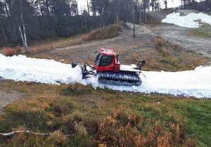 Snön läggs ut cirka halvmetern tjock och i en bredd mellan sex och tolv meter.