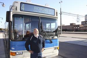 Svårt att hålla tiden. Kent Palevik har kört buss i tre år och märker att kortbetalning på bussen sinkar tidtabellen. FOTO: PONTUS AHLKVIST