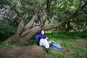 Denise Fahlander protesterar mot beslutet att kapa äppelträdet.