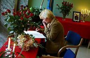 Foto: LASSE HALVARSSON Sorgsen. Statsrådet och arbetarekommunens ordförande Ulrica Messing träffade i går sina partivänner på Folkets hus i Gävle. För henne var Anna Lindh både en god kollega och nära vän. \n? Jag är ledsen i dag och jag känner en stor tomhet inom mig. Det kommer att ta ett tag innan jag känner att jag klättrar uppåt igen, säger hon.