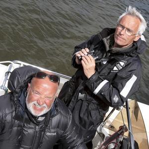 Glad duo. Roine Karlsson och Bill Douhan under sin sjöfågelräkning. Foto: Roine Karlsson