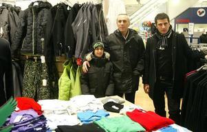 Serdar, Ahmet och Omar Aslan gick in till Flanör mest för att värma sig. Rean lockar dem inte. Men de skulle i alla fall ta en sväng till Stadium för att se om de kunde hitta några skor till Serdar.