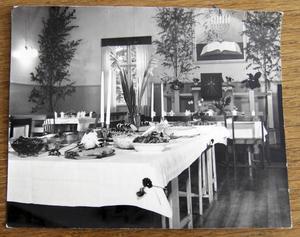 Äldre bild från stora salen i Backa missionshus.
