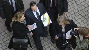 Finansminister Anders Borg omgiven av media på väg till riksdagen för att presentera vårbudgeten förra året.