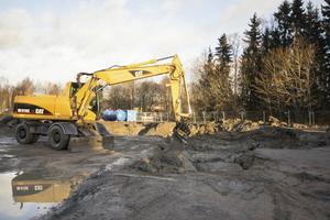 Under hösten började saneringen av tomten där idrottshallen ska byggas. Saneringen är nödvändig då det tidigare funnits en bensinmack på tomten.