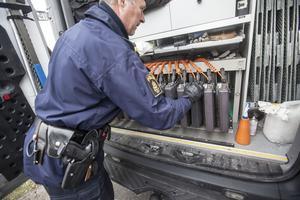 Staffan Jönsson vid trafikpolisen visar en portabel fordonsvåg som snabbt avslöjar överlast.