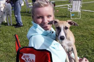 Magdalena Ström från Ramsjö med sin Winnie trivdes vid brukshundklubbens årligt traditionella hundshow.