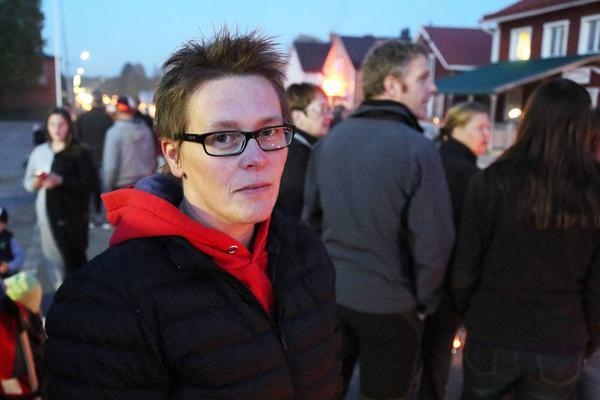 Terése Helgesson i Lillhärdal på torsdagskvällen, dit många bybor tagit sig för att stötta familjen.