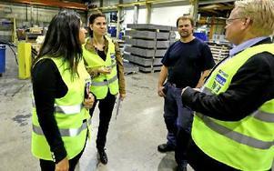 Här samtalar Patrik Persson, operatör, med S-företrädarna från länet. Foto: Johnny Fredborg