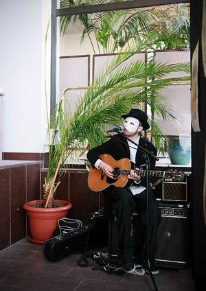 En myndig talesperson från Säkerhetsdepartementet lugnar besökarna redan vid spelets början. Men kanske är trygg- heten i Dvalas samhälle bara skenbar?Musik redan i foajén, bakom masken döljer sig Gustav Hedström – Kape – en av många musikanter vid Dvala.