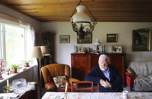 Alsenbygden har alltid varit hemma för världsmedborgaren Kjell Albin Abrahamson.