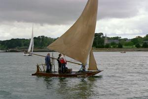 Mälarens Pensionärer har endast råd med Planka och Två Hemsydda Segel. Denna båt kan förvaras hemma i Trädgården. Transporteras på biltaket. Inga avgifter till kommunen !!