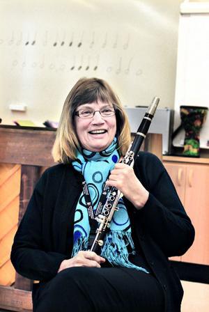 """KLARINETTLEGEND I GÄVLE. Berit Welander går i pension efter 43 år som klarinettlärare. Och funderar på att lägga instrumentet på hyllan. """"Folk säger: Du kan väl inte sluta spela? Men jag sitter inte längre och övar för att hålla formen, det är ett sådant slit"""", säger Berit."""