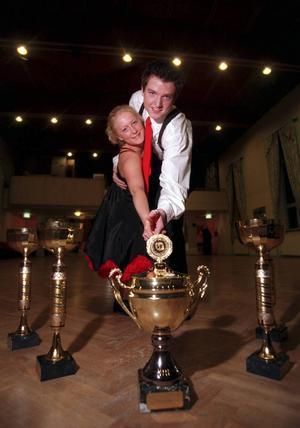 981201 Peter Schultz och Liza Östberg, från dansklubben Altira i Sundsvall, van juniorklassen i boggie woggie och ungdomsklassen i bugg på dans SM i Luleå