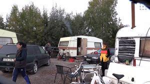 Romerna i lägret oroas inför helgen. När som helst kan polisen komma och tömma lägret.