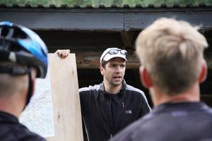 Calle Lundin går igenom tävlingsrutten med alla deltagare.