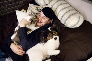 Mycket sociala medier är det i familjen Kryptonell, men också sällskapliga hundar. Benjamin berättar att han inte är lika uppslukad av online-spelet Modern warfare som han förr var av World of warcraft,