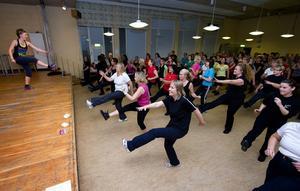 Gympasalen Globen i Domnarvet var full av glada dansare på måndagskvällen. Det enda negativa verkade vara trängseln. Foto:Mikael Hellsten
