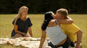 Klas Karlsson och Sandra Olsson kysstes passionerat framför programledaren Linda Lindorff.