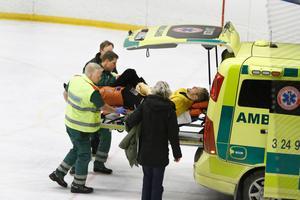 FAIK-spelaren Marcus Räikkönen vred till ett knä i matchen mot Köping och fick lämna isen på bår.