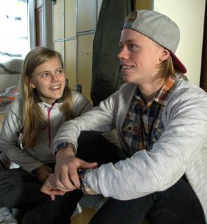 Tova Ohlson pratar med ledaren Viking Nilsson.