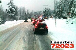 Långa köer bildades på riksvägen efter olyckan. Vägen förbi olycksplatsen var avspärrad i flera timmar.