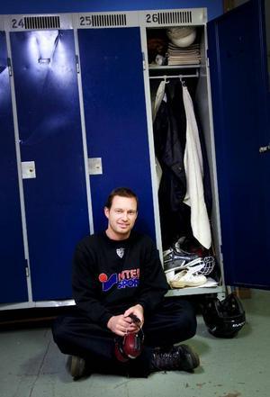 Ulf Eriksson, 38 årVaktmästare på KlanghallenVad har du i ditt skåp?– Säg vad jag inte har... en handduk, träskor, hockeyklubbor, vindjacka, höstbyxor, biltidningar, hockeyhjälm, skridskor, handskar, bandyboll, hockeybyxa, puck, tejp, skridskoskydd, bandyklubba, tröja som det står Brunflobadet på och mycket mer.Hur länge har du haft det?–Sedan -95 och sedan dess har det samlats på.Vad har du mest användning av i ditt skåp?–Mina hörselkåpor med inbyggd radio. De är bra när jag kör ismaskin för att få bort bullret eller när jag klipper gräs på sommaren.Vad är det mest udda du haft i ditt skåp?–En hockeyklubba från Igor Larionov. När han spelade här i Klanghallen för några år sedan gick hans klubba av under en tekning. Jag passade på att ta reda på den och nu har jag den hemma signerad.Finns det något du skulle vilja ändra med ditt skåp?– Visst skulle jag kunna städa ur lite grejor, men när jag tänker efter är det kul att ha kvar gamla saker för det finns mycket minnen i dem.Vilken drömpryl skulle du vilja ha i ditt skåp?–Jag om vi inte redan hade haft en gemensam skulle jag vilja ha en kaffebryggare.Vad säger skåpet om dig?– Den som spar han har.