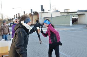 Gun Filipsson och Ritva Valkama har skött vätskekontrollen i Gyttorp i minst 25 år. Här är det dagens snabbaste Noralöpare på damsidan, Saga Sanders, som får vätska.