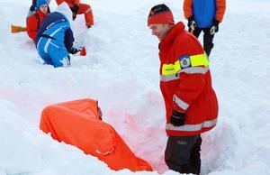 Naturbevakaren Roger Myhr visade hur man använder en vindsäck när man är tvingad att söka skydd.