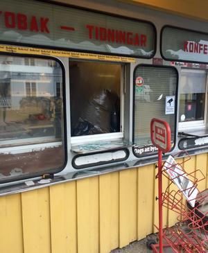Inbrottet gjordes genom en av kioskluckorna. Verktygen som användes för at krossa glaset ligger kvar på fönsterbrädorna.