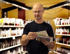 Mikael Andersson sorterar julkort i Hudiksvall. Han tycker att det skickas färre julkort i dag än på 80- och 90-talen.