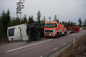 Framkomligheten beräknas vara begränsad många timmar efter lastbilsolyckan.