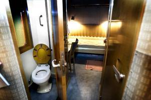 Kunglig toalett. Kungen och drottningen har var sitt sovrum med var sin toalett och med en passage däremellan.