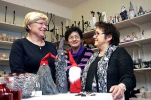 Tre av de aktiva i hemslöjdsföreningen som också är drivna hantverkare: Anne-Marie Jacobsson tillverkar bland annat tomtar, Gun-Marie Nilsson stickar mycket - utan att sälja, och Marianne Lindblom gör halssmycken av glas.