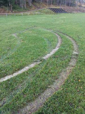 Slirspåren går över hela planen och är leriga, gräsrötterna har slirats bort.