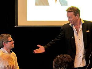 Efter 20 sekunder tackade jag ja när Jonas frågade mig, berättade Björn Ranelid och sträckte ut handen mot Jonas Gustafsson som kläckte idén om och arrangerade helgens bokmässa.